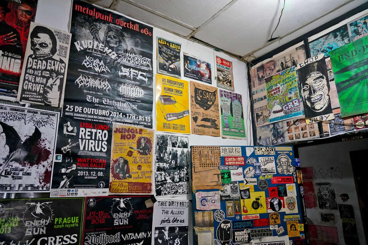 Hardcore punk -yhtyeiden julisteita Caffeine Sound Studion seinällä