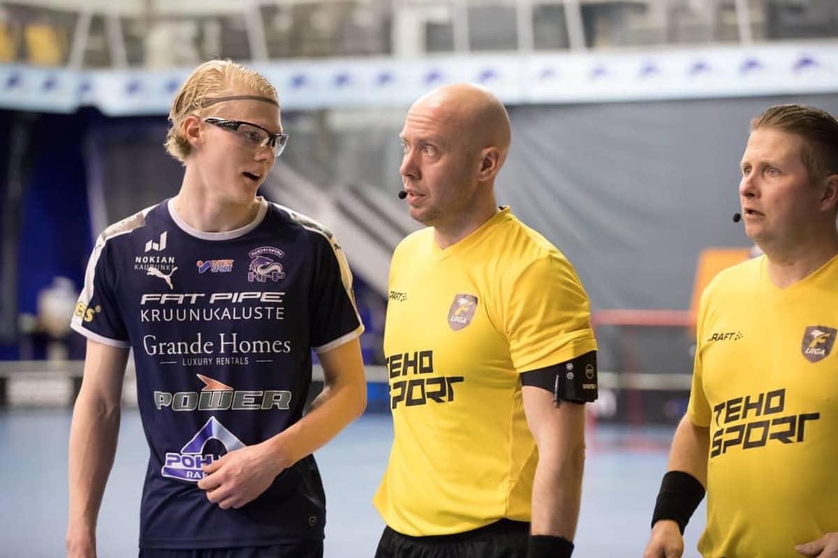 Nokian KrP:n Joona Rantala keskustelemassa tuomareiden kanssa pudotuspeleissä 2021.