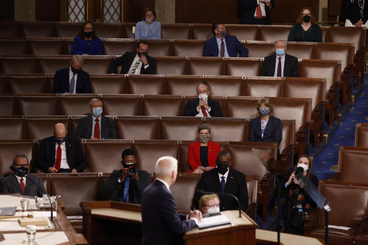 Kongressiedustajia istumassa runsaasti tyhjiä paikkoja välissään.