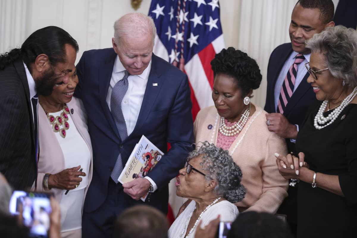 Yhdysvaltojen presidentti Joe Biden puhui Opal Leelle Valkoisessa talossa. Presidentti oli hetkeä aiemmin allekirjoittanut lain, joka määräsi orjuuden muistopäivästä kansallisen lomapäivän. Lee on tullut tunnetuksi asian pitkäjänteisenä edistäjänä.