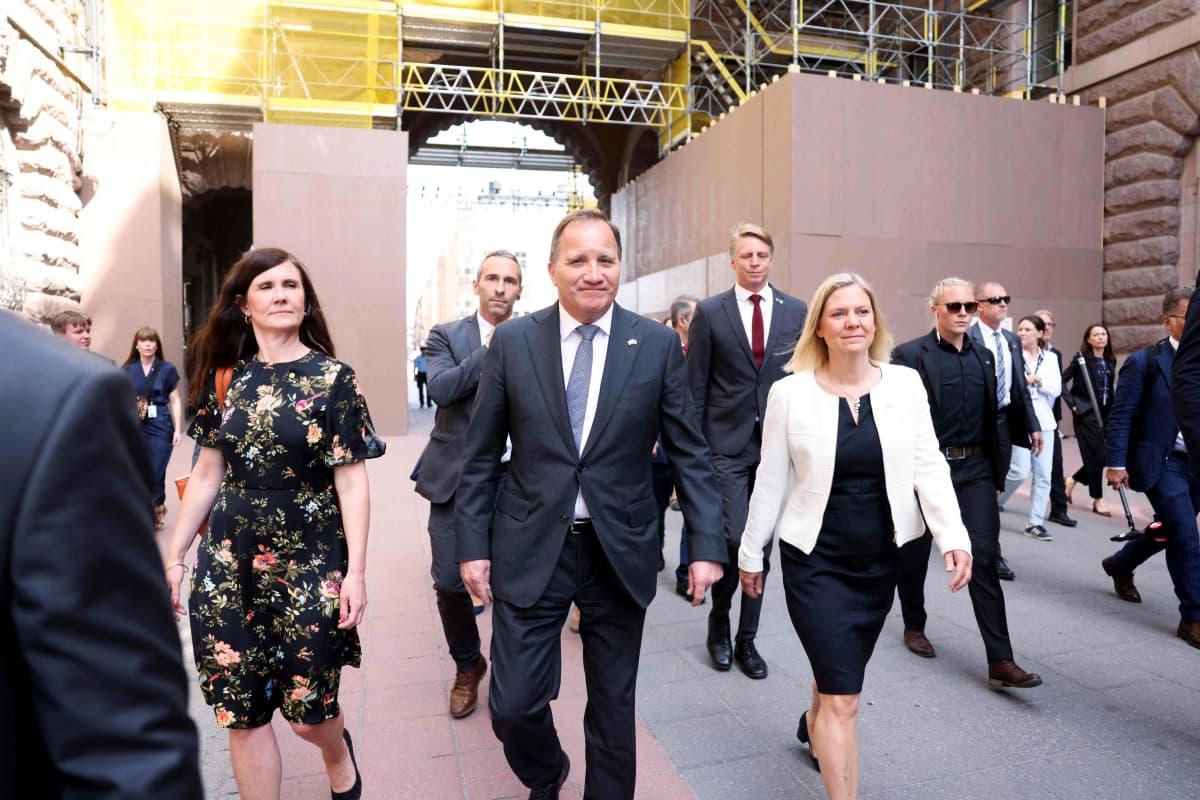 Pääministeri Stefan Löfven ja ministerit Märta Stenevi (vas.) ja Magdalena Andersson saapumassa Ruotsin valtiopäiville Tukholmassa maanantaina ennen hallituksen kaatanutta äänestystä.