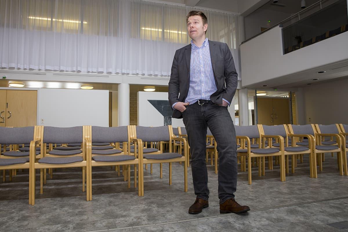 Juuan kunnanjohtaja Markus Hirvonen kunnan valtuustosalissa