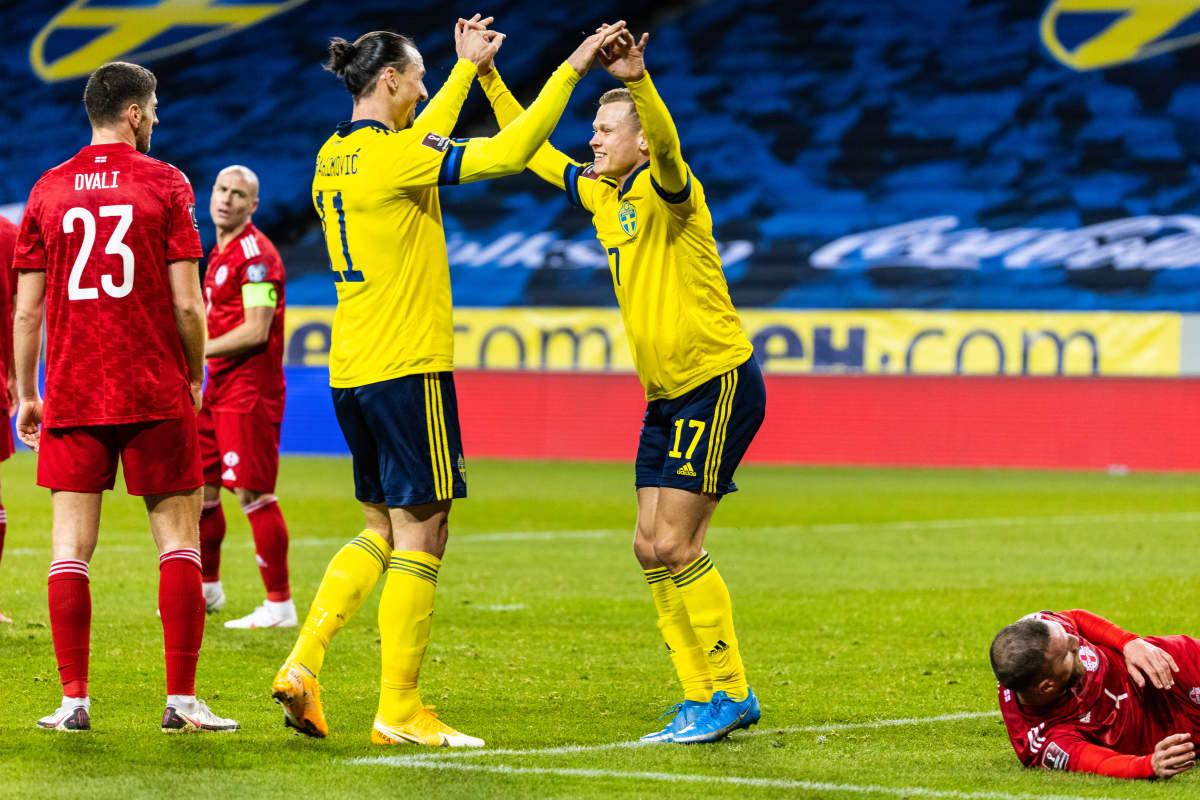 Zlatan juhlii Viktor Claessonin kanssa maalia Ruotsin ja Georgian välisessä MM-karsintaottelussa 25.3.2021.