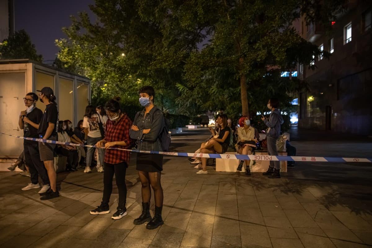 Zhou Xiaoxuanin kannattajia tuomioistuimen ulkopuolella odottelemassa päätöstä.