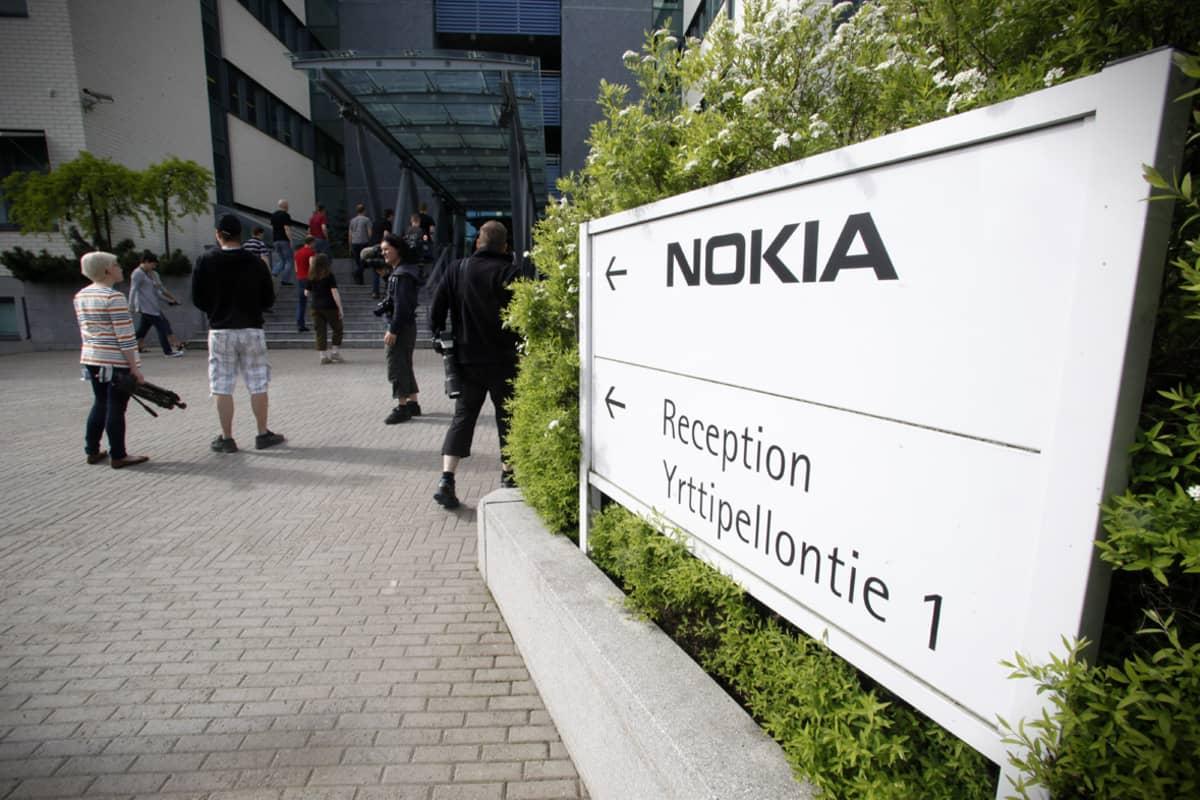 Nokian työntekijöitä saapumassa Nokian Oulun konttorille Peltolassa, 14. kesäkuuta 2012.