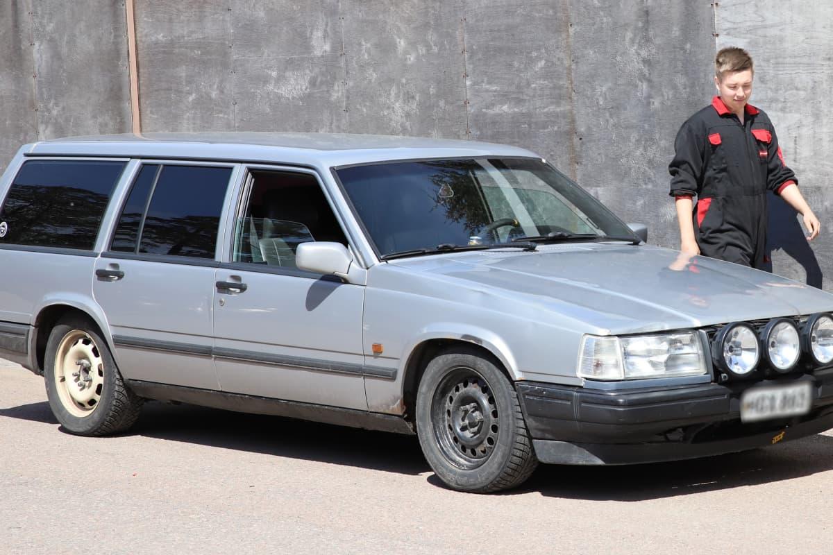 Nico Klaus autonsa vieressä.