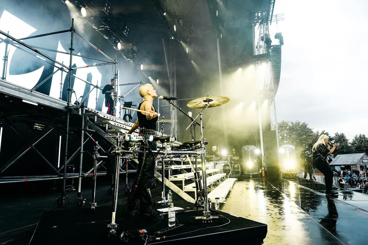 Alma konserttilavalla. taustalla loistavat valot.