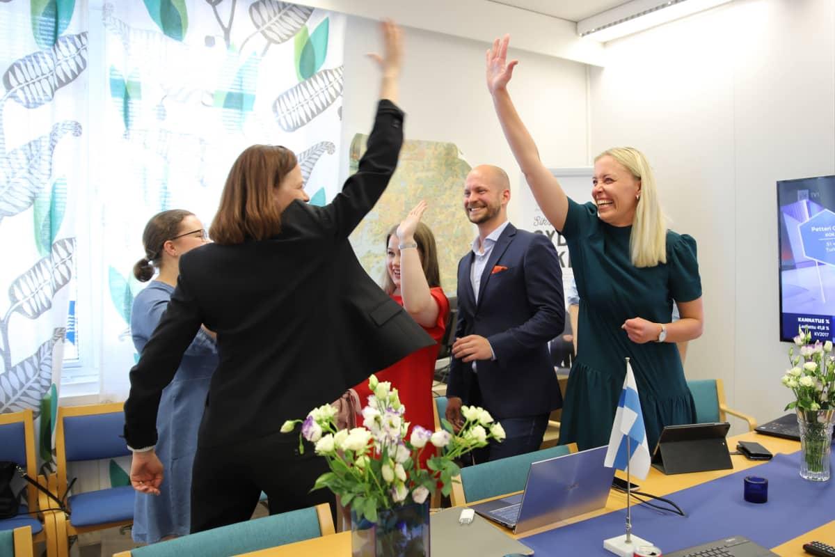 Kokoomuksen vaalivalvojaisissa iloittiin, kun ensimmäiset äänet on laskettu.