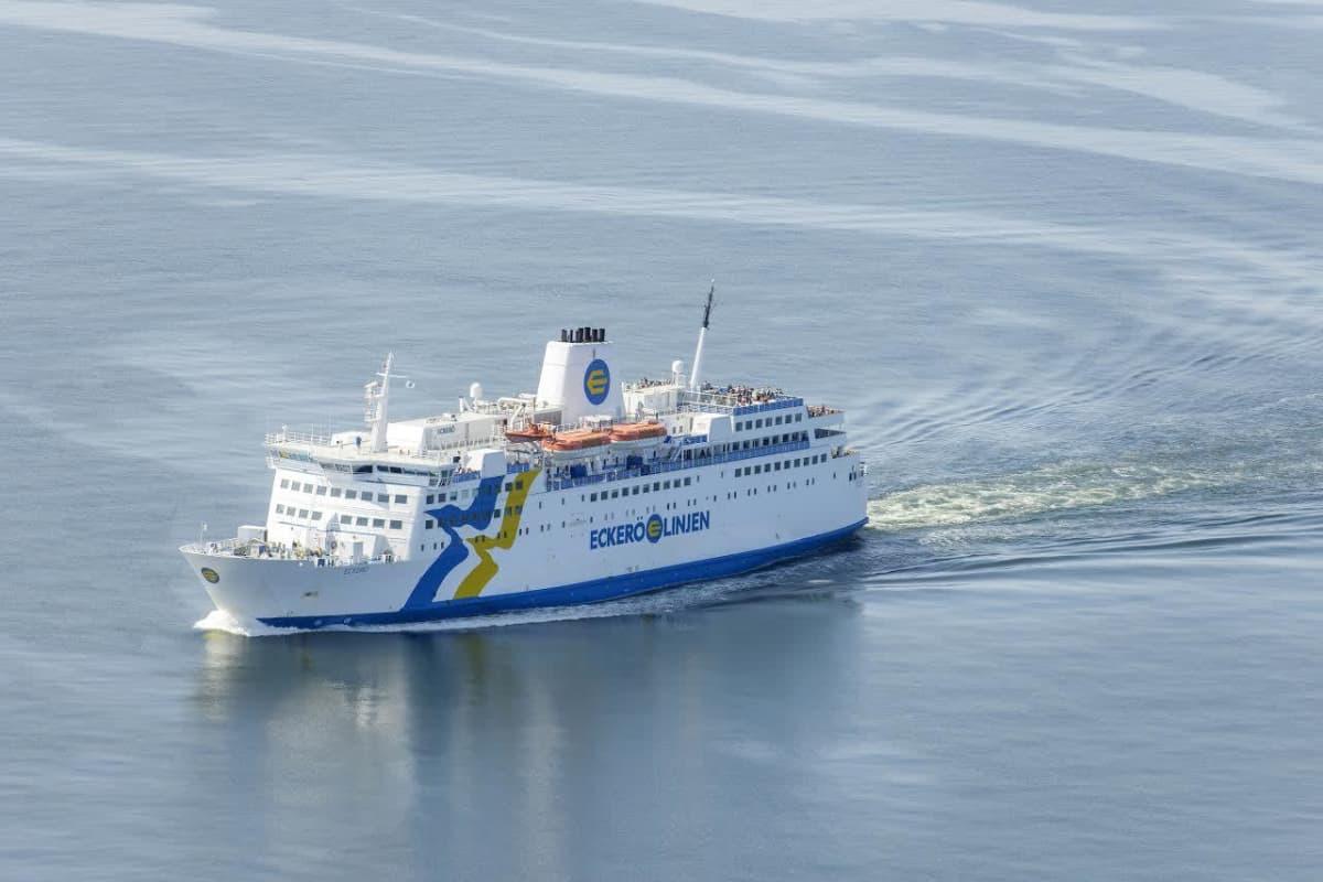 Eckerö Linjen harjoittaa autolauttaliikennettä Eckerön ja Grisslehamnin välillä m/s Eckerö -nimisellä laivallaan.