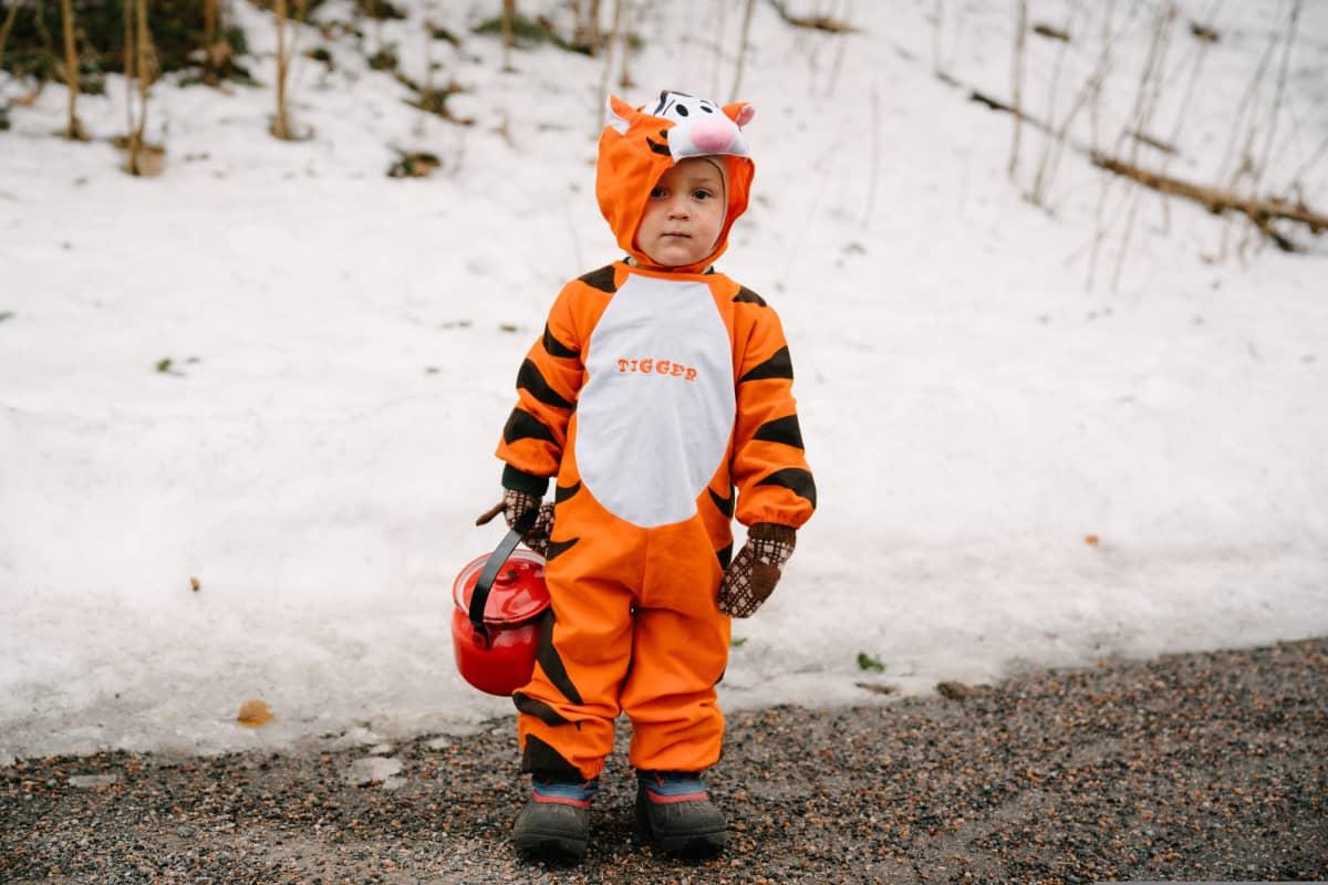 Poika tiikeriasussa kadulla