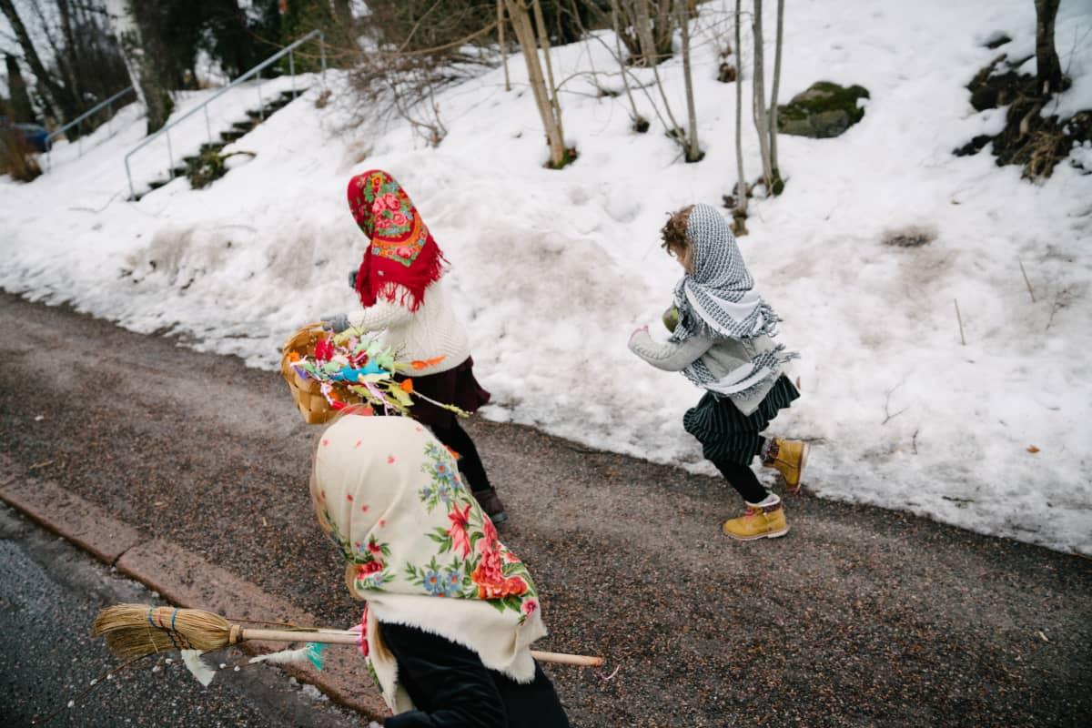 Virpojia juoksee kadulla