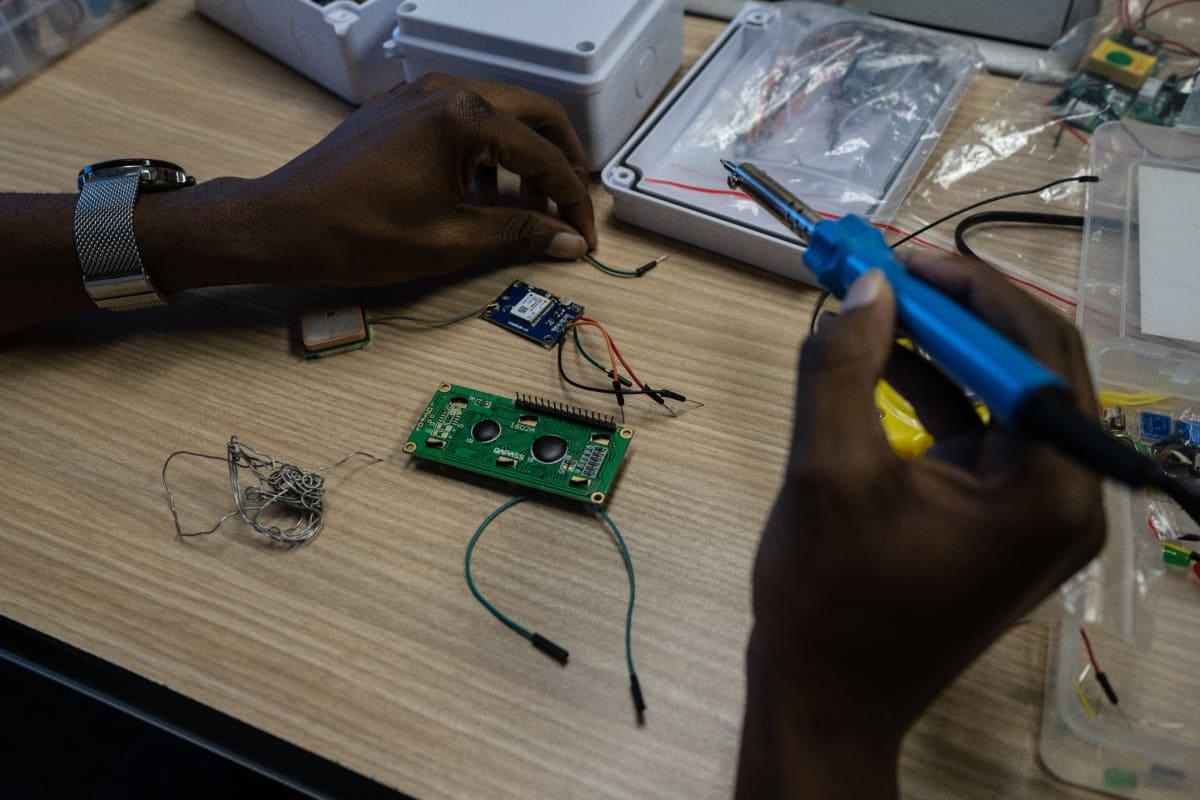 Suurin osa komponenteista Eugene Jamu tuo ulkomailta. Hän toivoo, että zimbabwelaislapset oppisivat tulevaisuudessa vaikka rakentamaan raketteja. Yle Zimbabwessa vaalien alla 2018