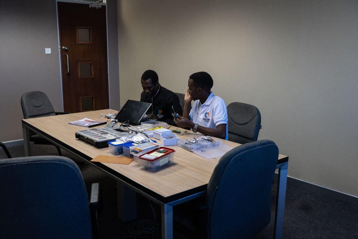 Tafara Mundere ja Eugene Jamu eivät pelkää haasteita. Jos joku sanoo, että ideasi on huono, se on toteuttamisen arvoinen, sanoo Jamu.  Yle Zimbabwessa vaalien alla 2018.