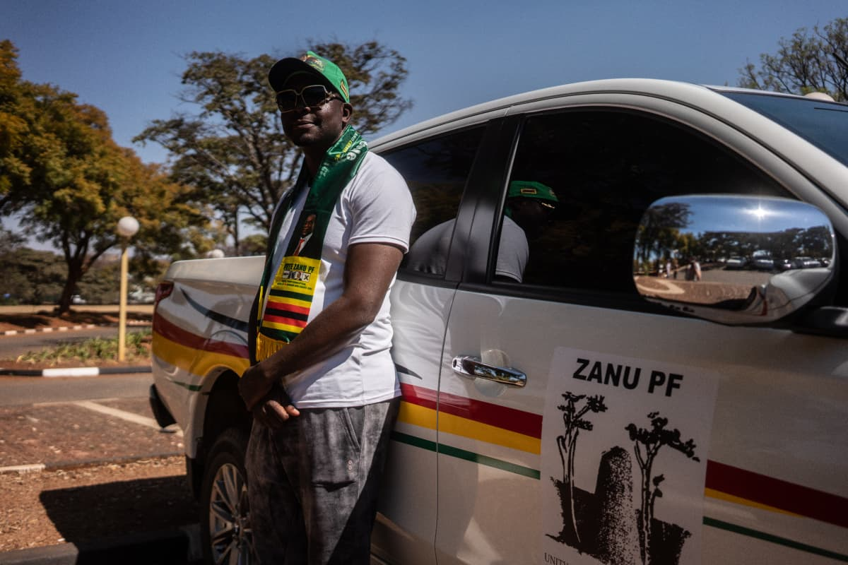 Zanu PF:n kansanedustaja Munyaradi Tobias Kashambi autonsa edessä.