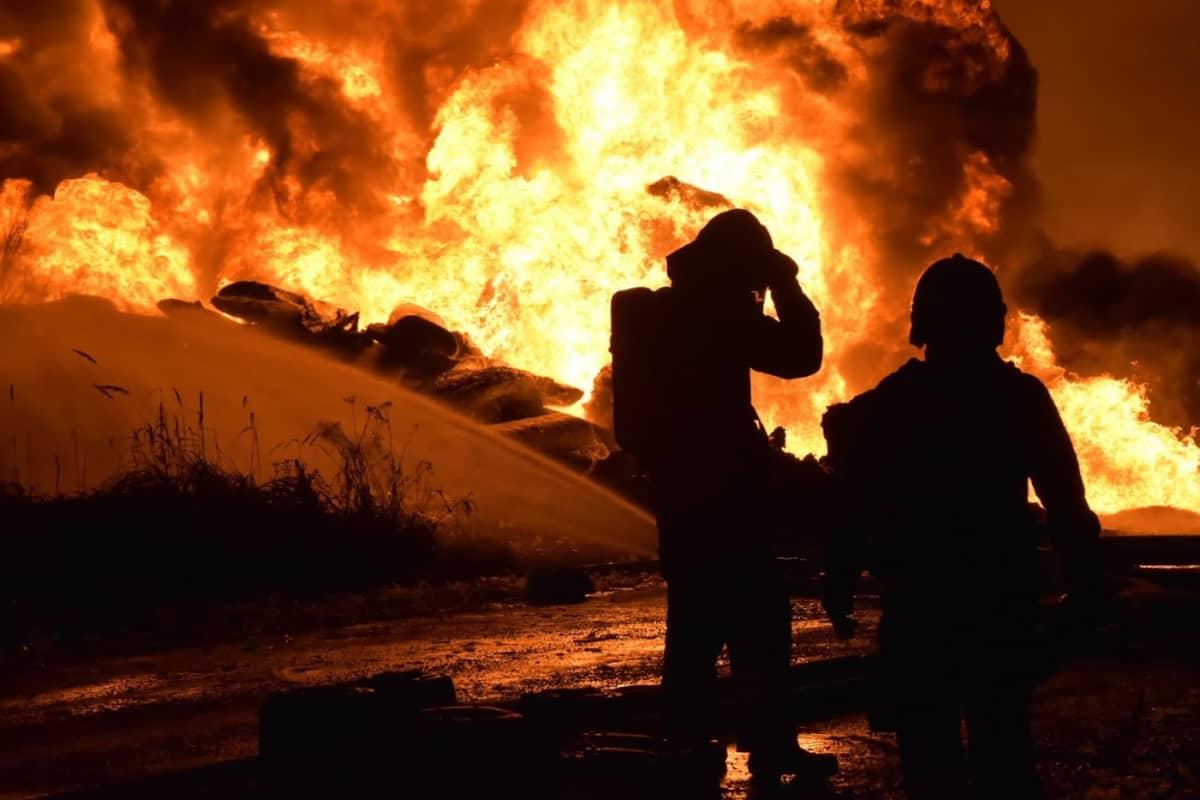 Tehtaan pihalla olleet muovipaalit paloivat voimakkaasti roihuten.
