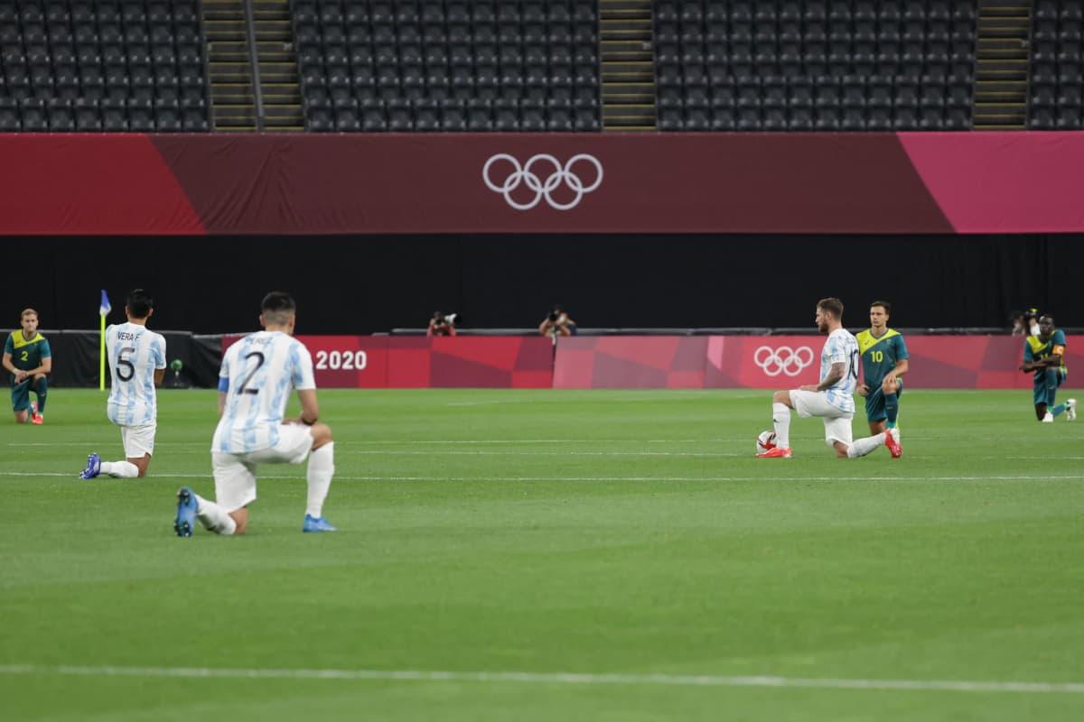 Argentiinan ja Australian pelaajat polvistuneina.
