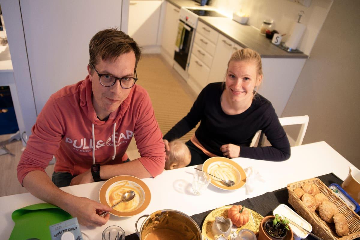 Antti ja Heini Lehtokannas kotonaan ruokapöydän ääressä.
