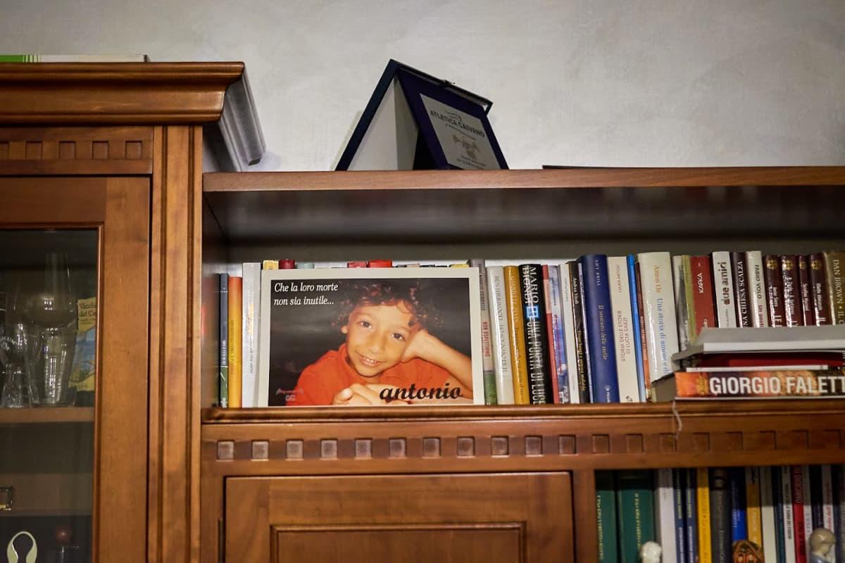pojan valokuva kirjahyllyssä