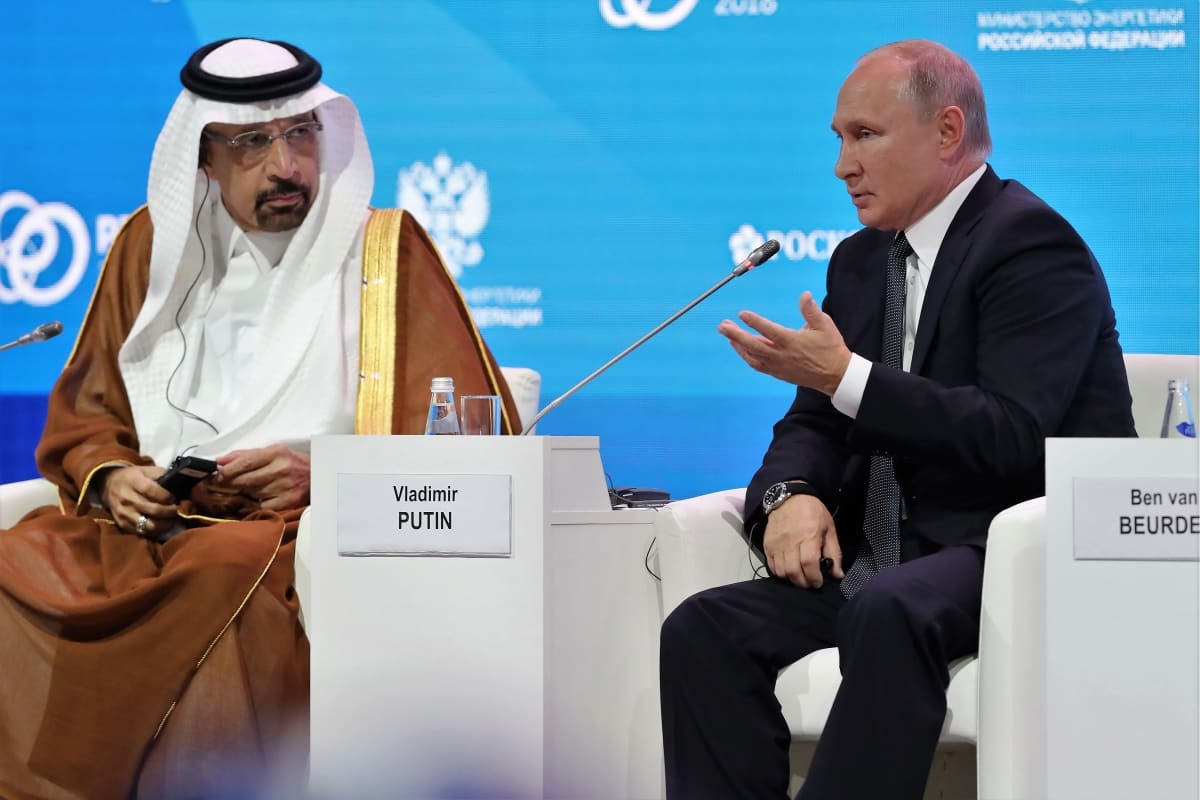 Putin ja Saudi-Arabian öljy-yhtiön Aramcon johtaja Khalid al-Falih istuvat esiintymislavalla. Putin puhuu juuri.