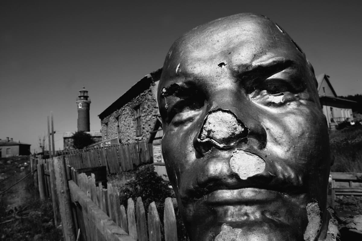 Leninin pää Lounatrivillä. Taustalla Lounatpään vanha majakka.