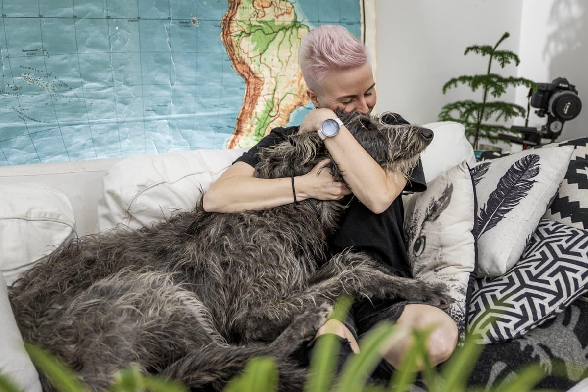 Martta Tervonen Seppo-koiransa kanssa kotinsa sohvalla.