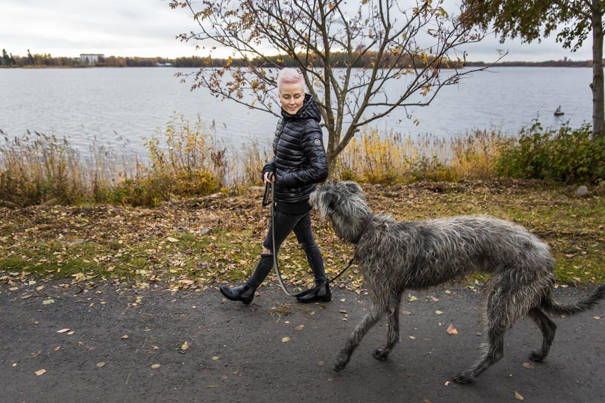 Martta Tervonen kävelyllä meren rannassa Seppo-Koiran kanssa.