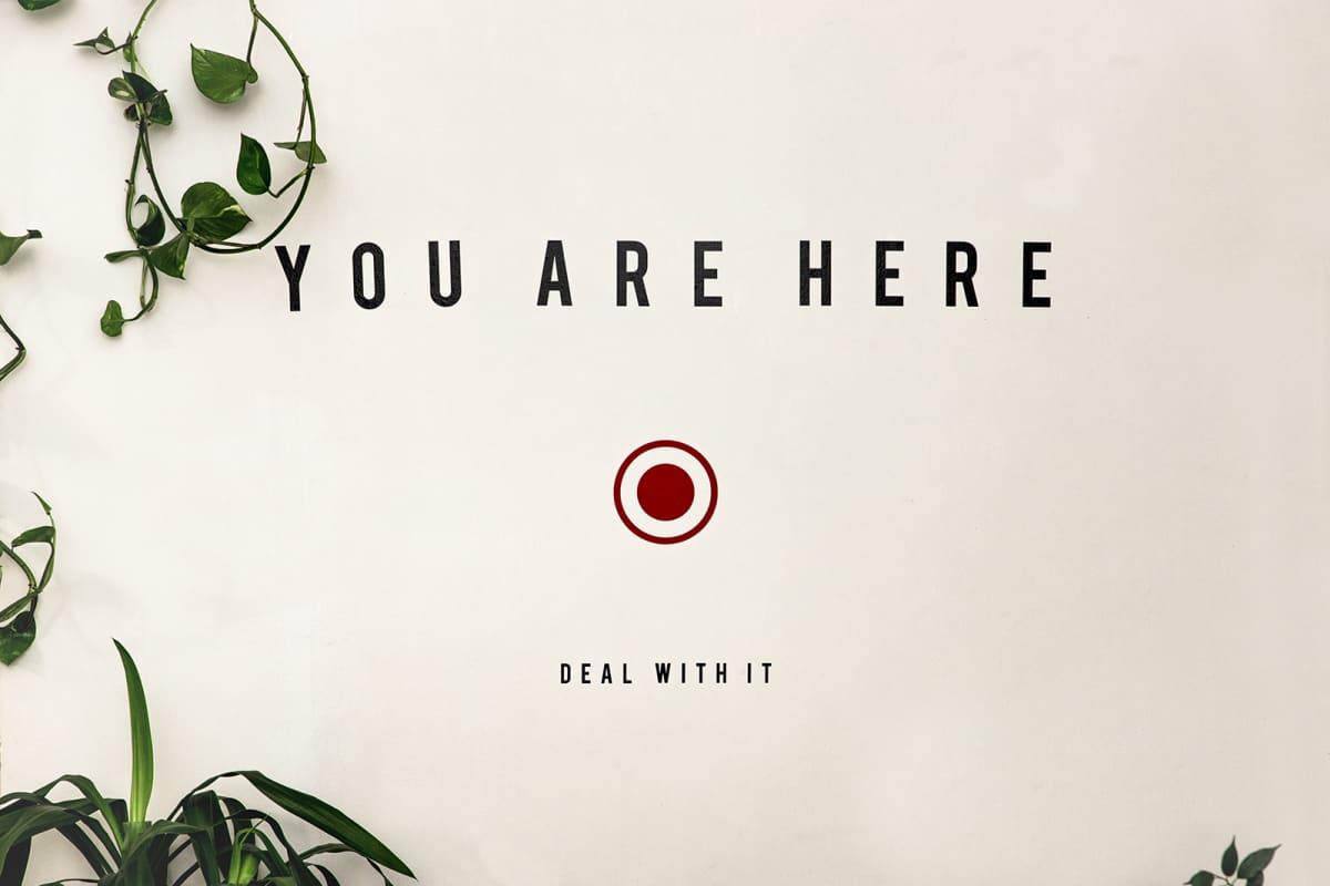 """""""You are here"""" -seinätarra, yksityiskohta Martta Tervosen asunnosta"""