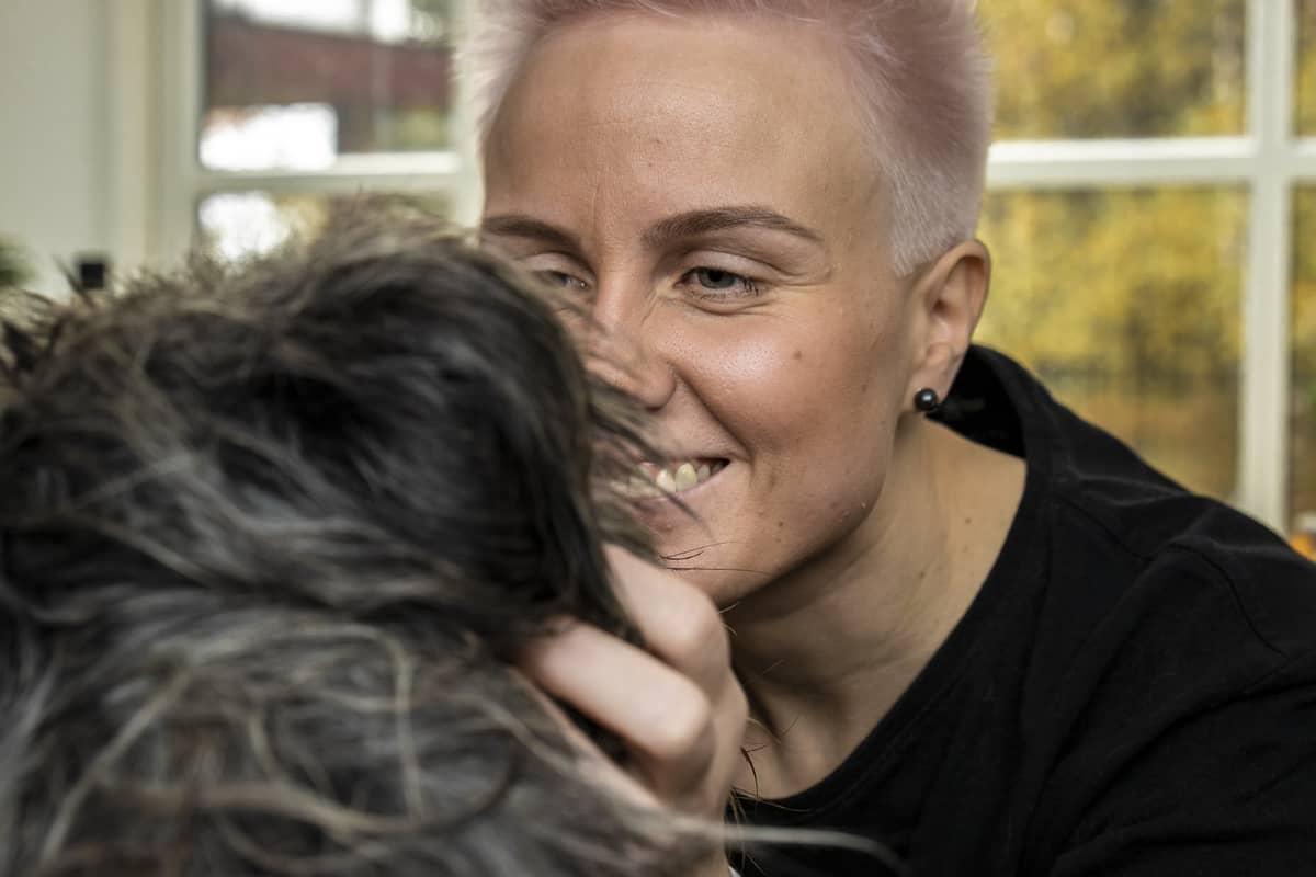 Martta Tervonen rapsuttaa Seppo-koiraansa.