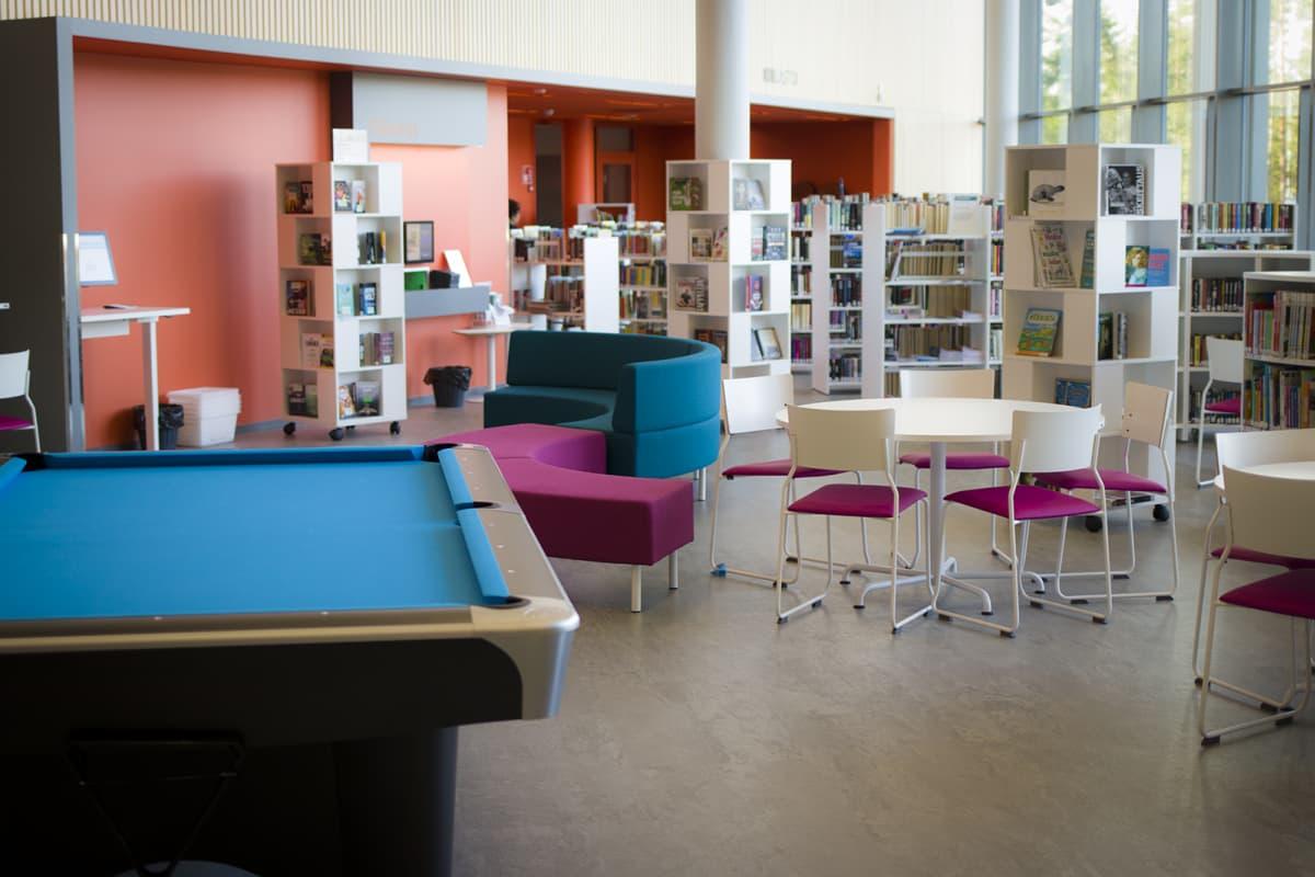 Moderni luokkahuone Hiukkavaaran monitoimitalossa.