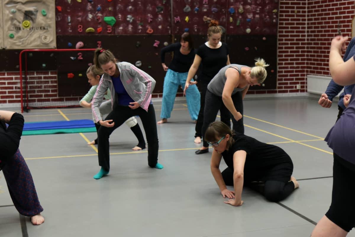 Haarahyppy-tanssiryhmän naiset tanssivat liikuntasalissa