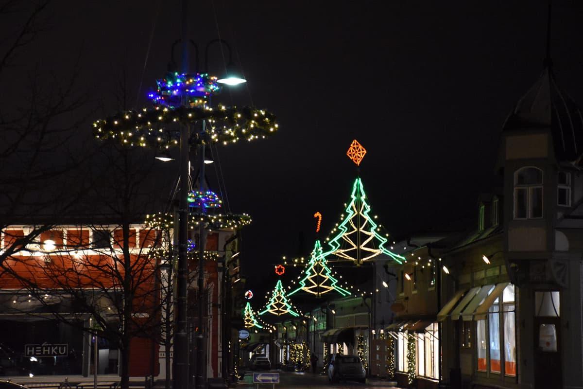 Jouluvaloja Vanhassa Raumassa joulukuussa 2020.