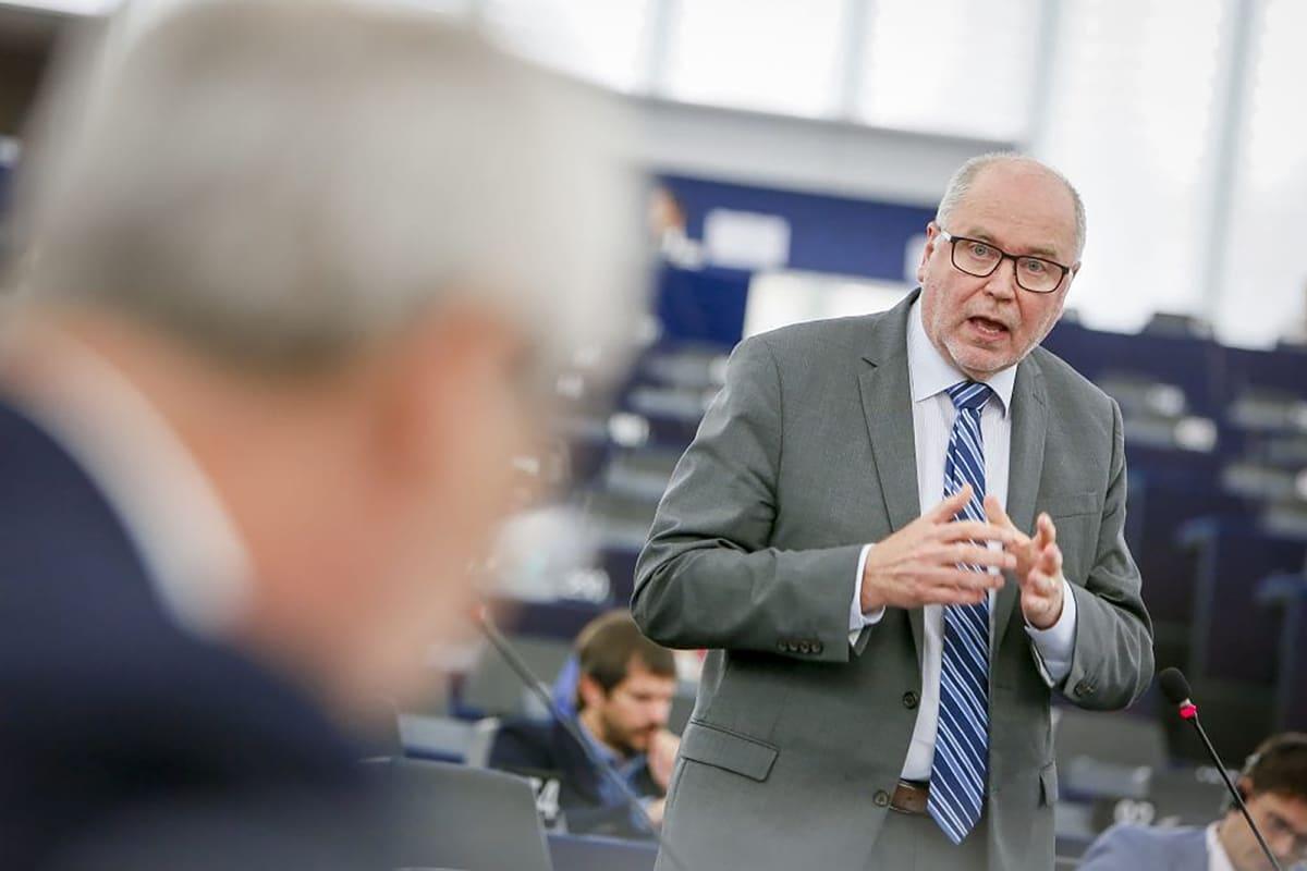 Eero Heinäluoma puhumassa Europarlamentissa.