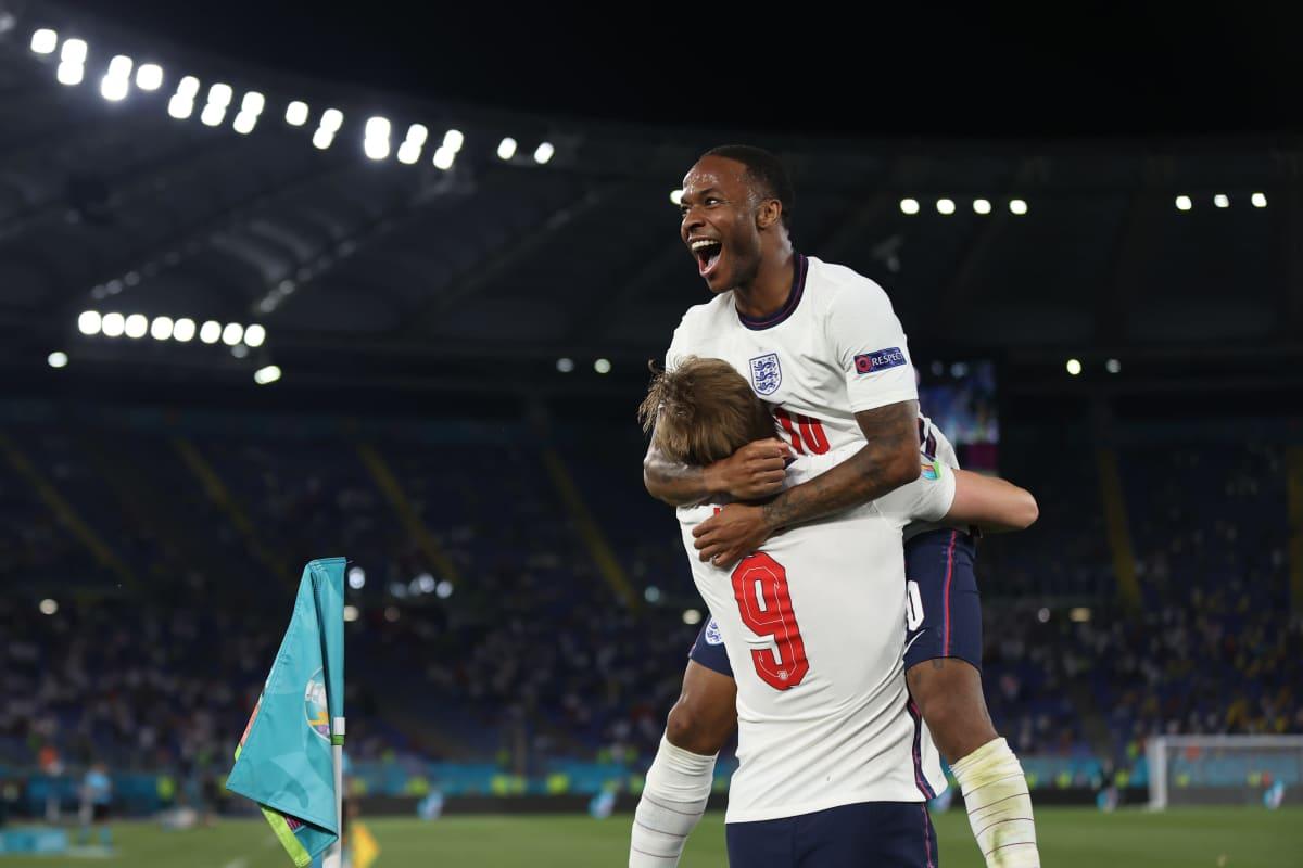 Englannin Raheem Sterling juhlimassa Harry Kanen kanssa.