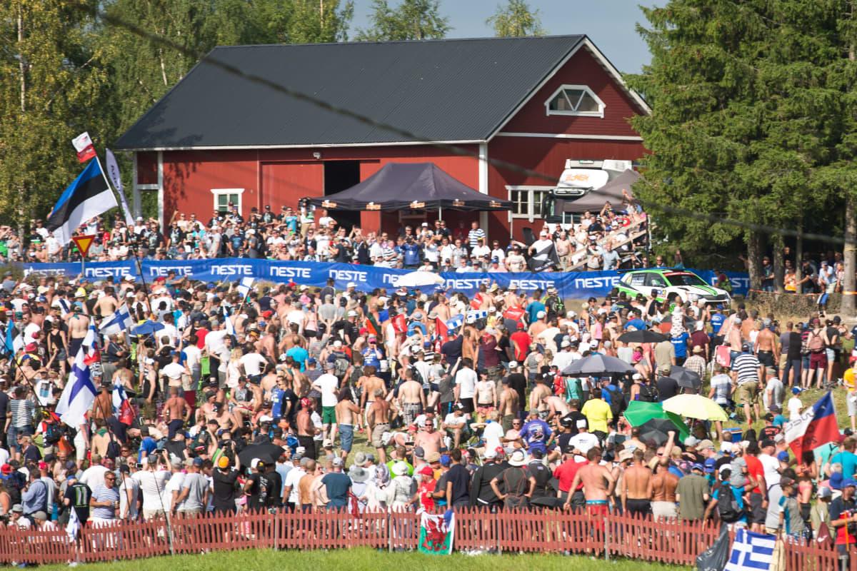 Yleisömeri ladon edustalla Jyväskylän MM-rallissa 2019.