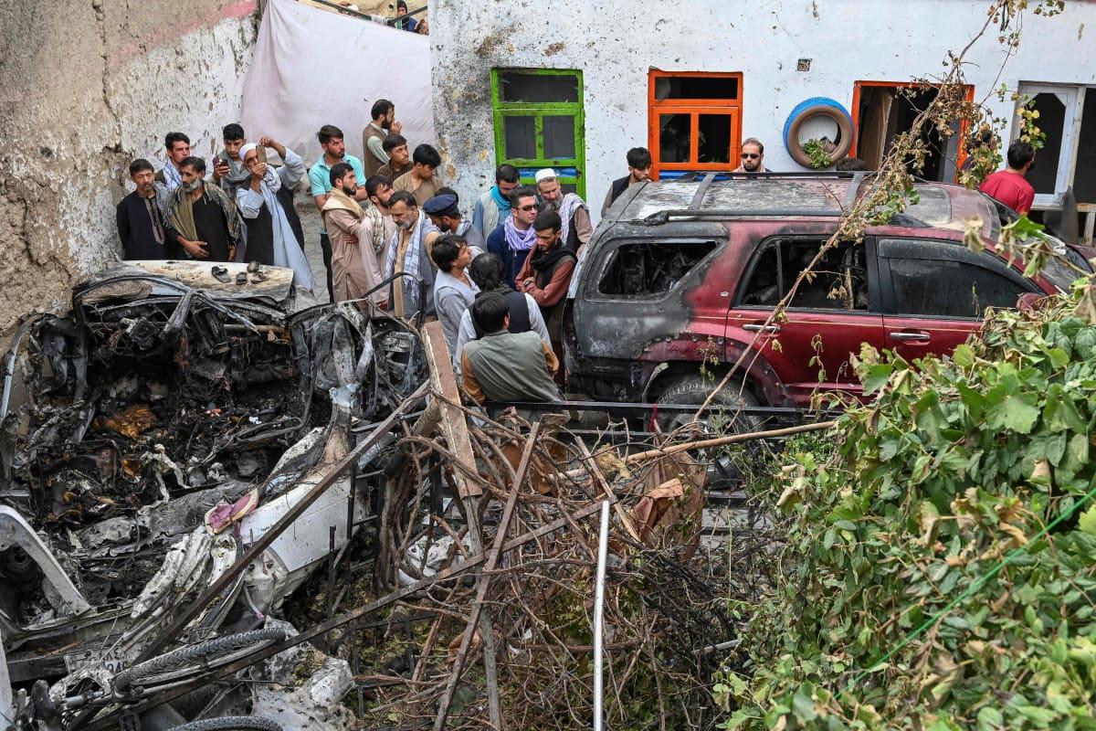 Yhdysvaltai ilmahyökkäyksessä tuhoutunut auto Afganistanin Kabulissa.