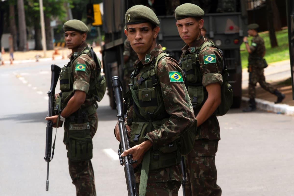 Brasilian pääkaupungin kaduille jalkautuneet sotilaat turvaavat presidentin virkaanastujaisia.