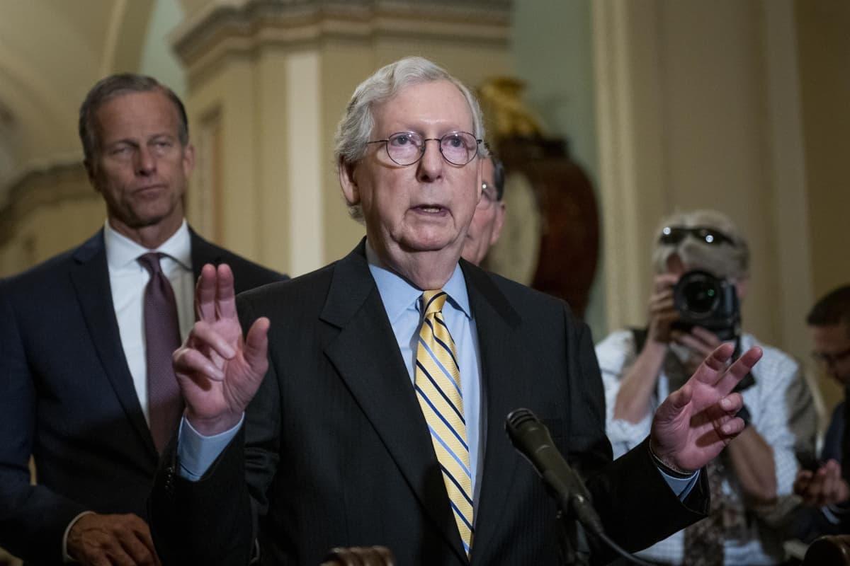 Lakimuutosta vastustavien republikaanien ryhmänjohtaja Mitch McConnell puhui toimittajille kongressissa tiistaina.
