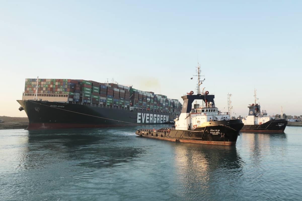 Suezin kanavan tukkinut Ever Given -alusta vedetään liikkeelle.