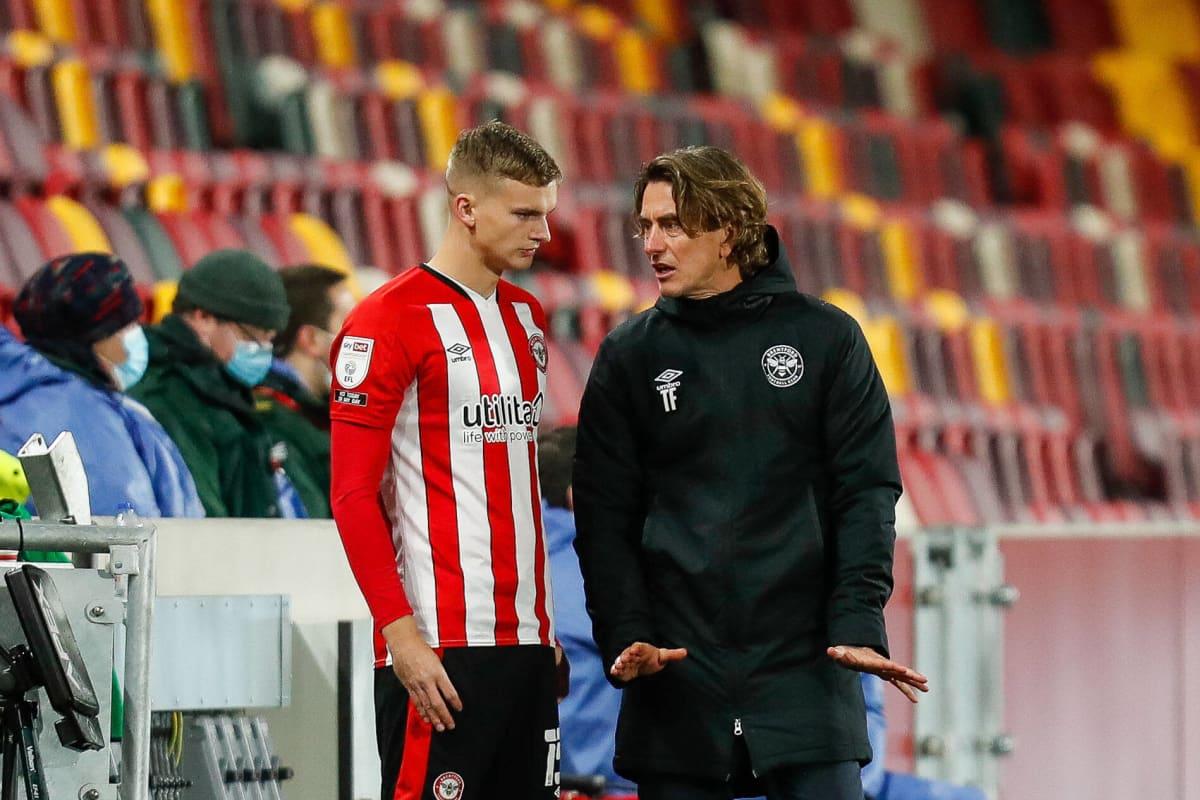 Marcus Forss kuuntelee ohjeita Brentfordin päävalmentajalta Thomas Frankilta.