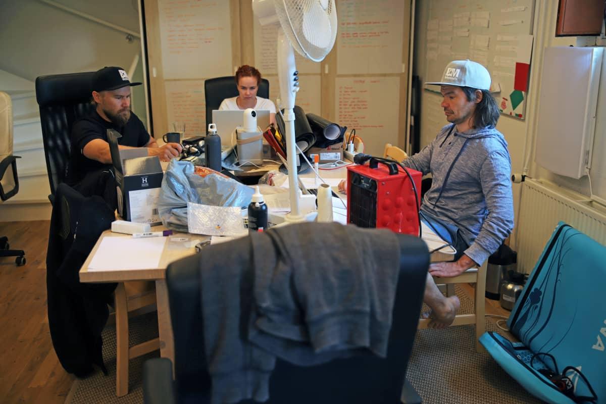 Janne Kaperi, Eve Särkänne ja Kai Rinkinen Biisonimafian tuotantotoimistolla.