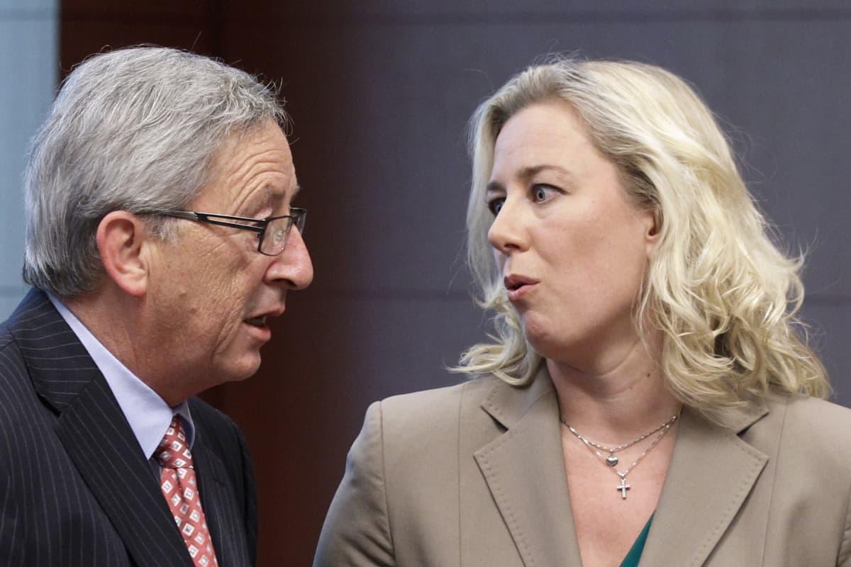 Jutta Urpilainen (oikealla) ja Jean-Claude Juncker keskustelevat eurokriisin aikaan vuonna 2012.