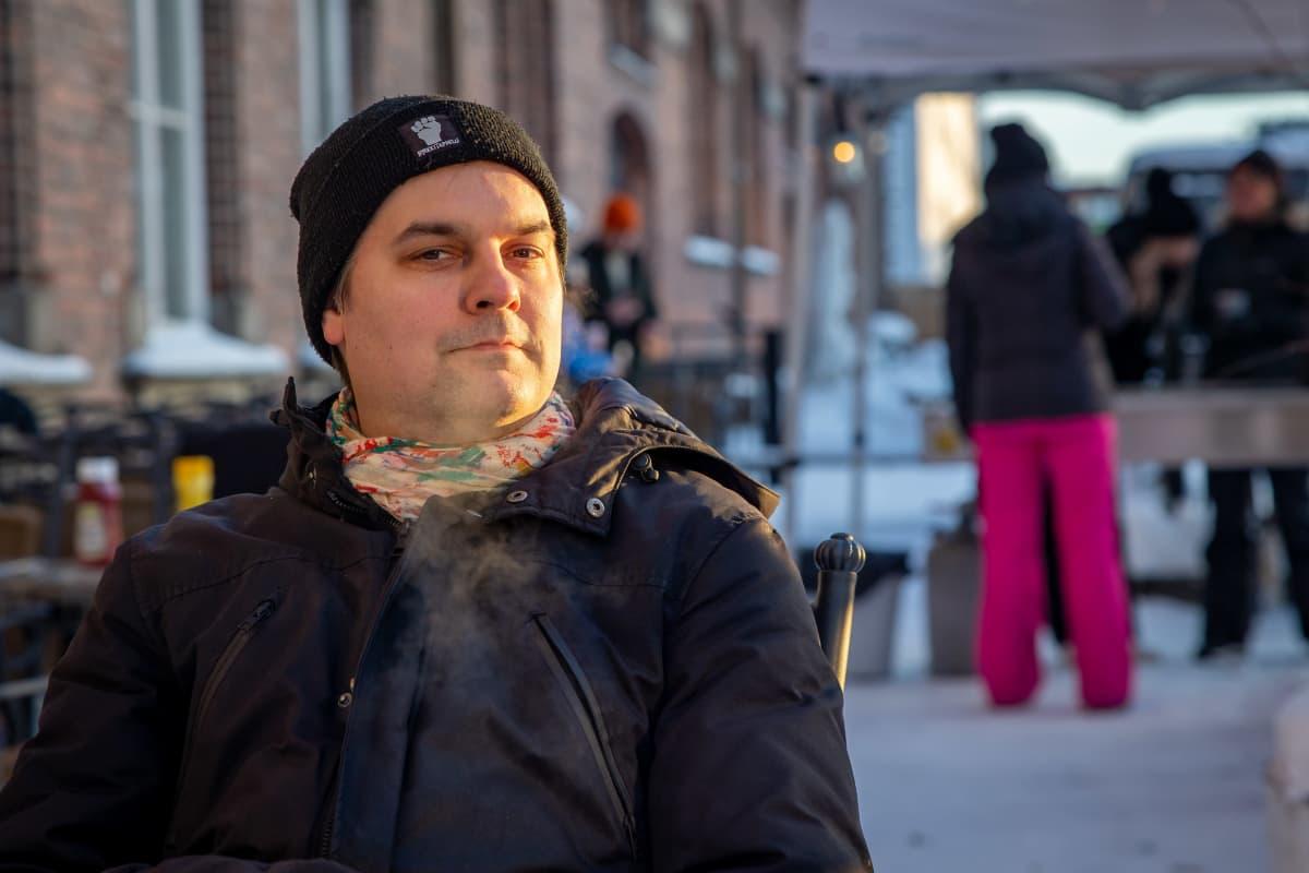 Tullikamarin ohjelmapäällikkö Janne Laurila Klubin talvisella terassilla