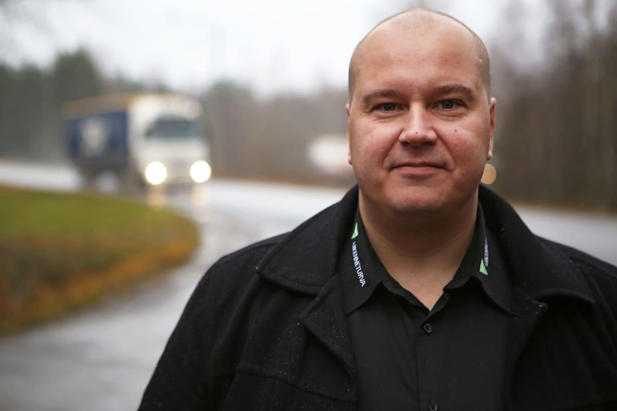Tapio Heiskanen katsoo kameraan Kasitien varressa.