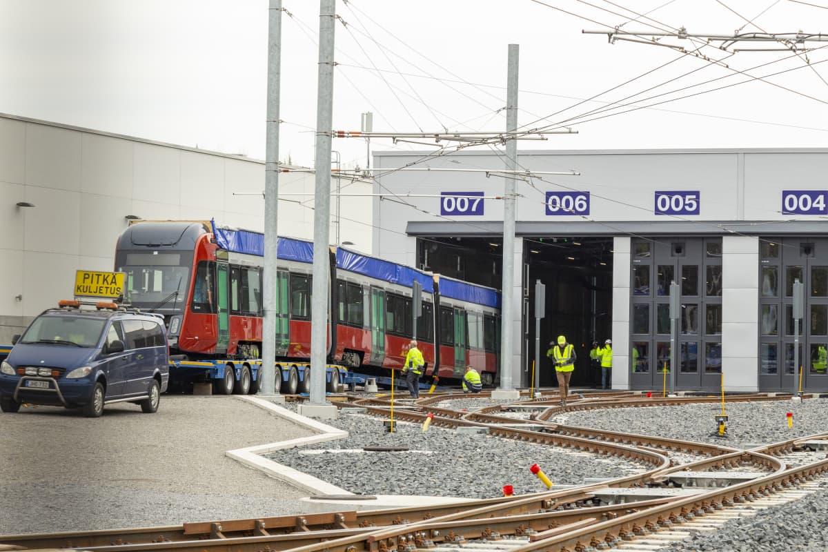 Ensimmäinen raitiovaunu siirtymässä Tampereen Ratikan varikkohalliin