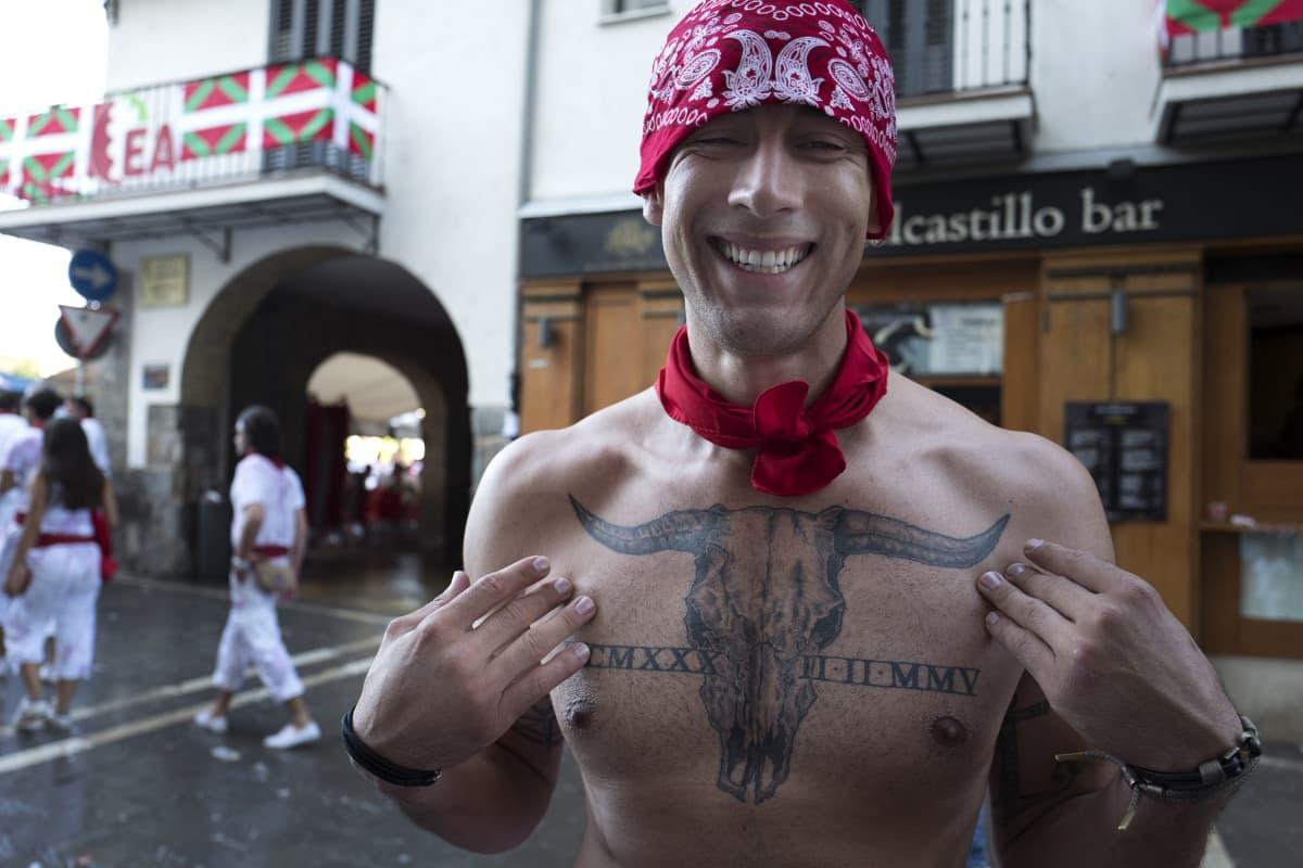 Alberto Virgen Los Angelesista esittelee tatuointiaan.