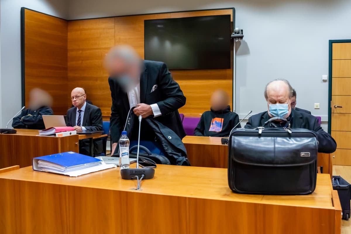 Syytettyjä oikeussalissa Pirkanmaan käräjäoikeudessa.
