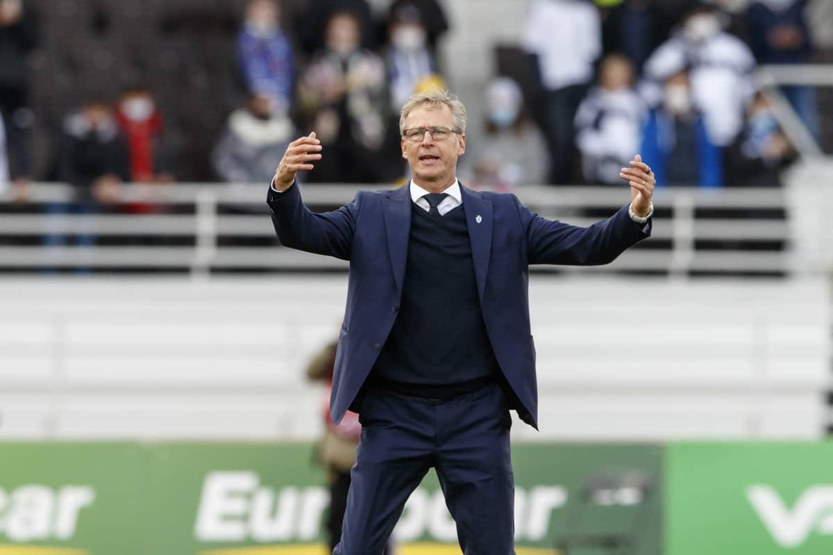 Huuhkajien päävalmentaja Markku Kanerva Suomi-Kazakstan-ottelussa.