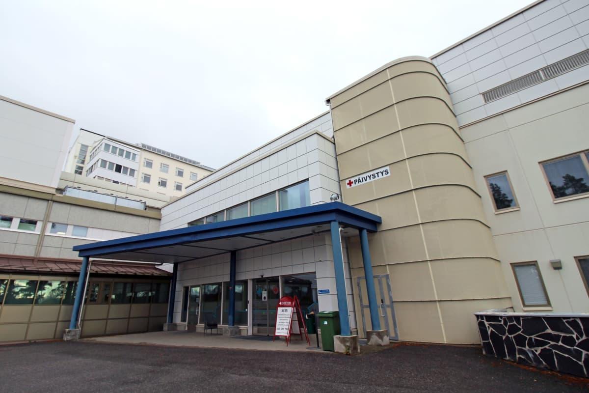 Savonlinnan keskussairaalan päivystyksen sisäänkäynti.