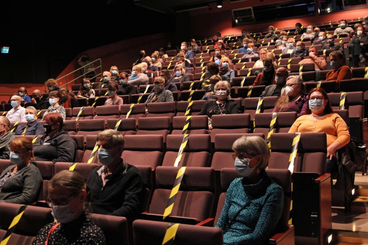 Yleisö odottaa Saikkua, kiitos! -näytelmän alkamista Mikkelin teatterissa lokakuussa 2020.