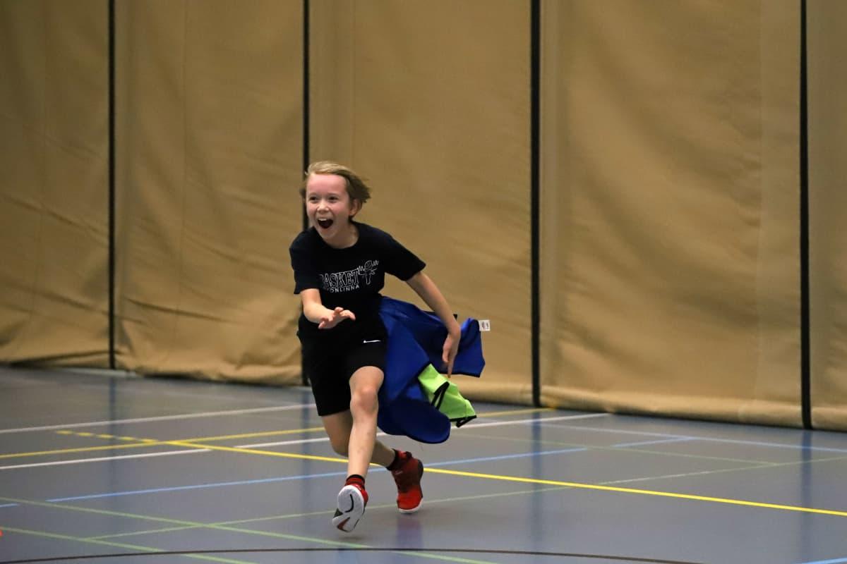Jasper Turtiainen lasten koripallokoulussa Savonlinnassa